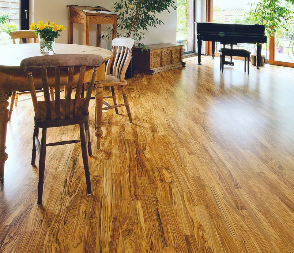 Olivenholzparkett Pflege: Olivenholzboden im Wohnzimmer