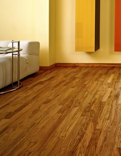 """Der Holzboden """"Venato Extra"""" harmoniert mit jedem Einrichtungsstil. Modernes Weiß bekommt durch die starke Maserung Extra-Charme. (Foto: epr/olivenholzparkett.de)"""