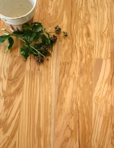Den schönen honigfarbenen Ton verdankt das Parkett dem Herzstück des Olivenbaumes. Ganz innen liegen die ältesten Zellen, die zu Olivenholzparkett verarbeitet werden. (Foto:epr/olivenholzparkett.de)