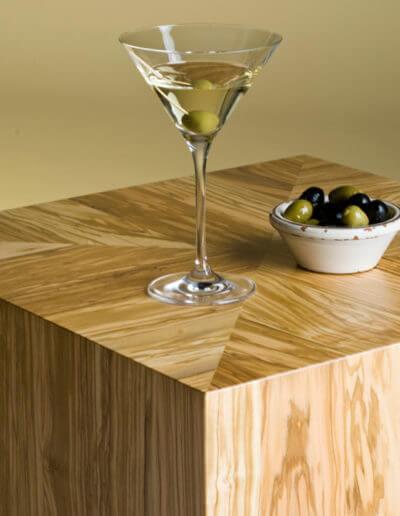 Bequem, vielseitig und ausdrucksstark – der Würfel aus Olivenholz ist nicht nur ein dekoratives Accessoire, sondern auch praktisches Möbelstück. (Foto: epr/olivenholzparkett.de)