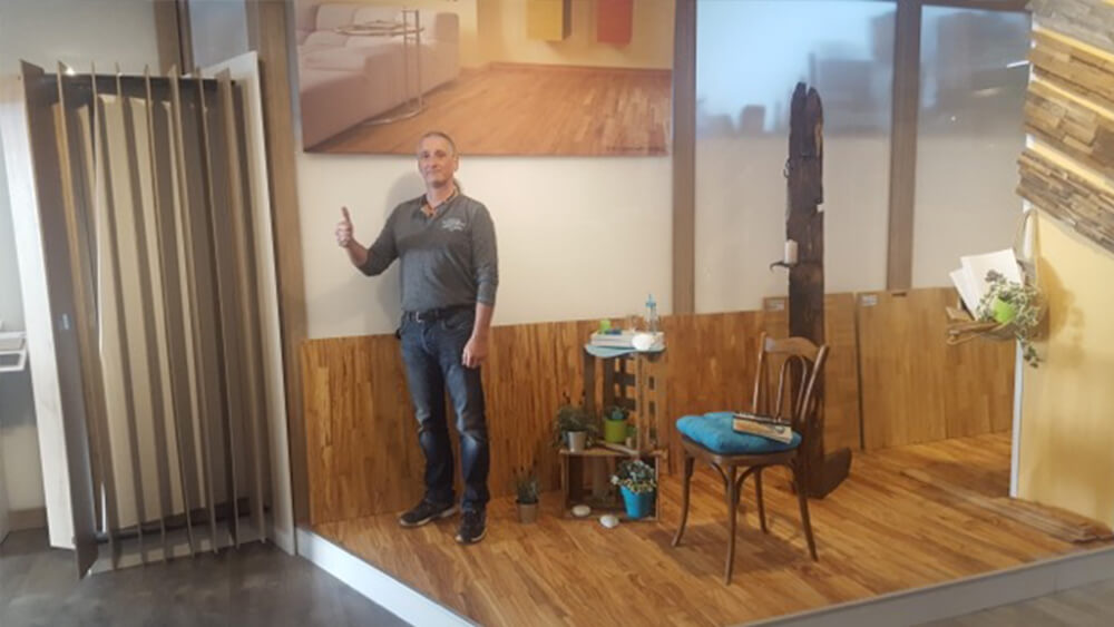Herr Weichert in seiner Ausstellung mit Olivenholz Parkett Muster