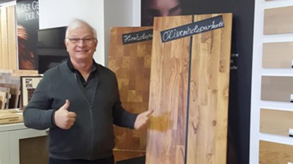 Michael Schädler mit Olivenholzparkett Muster