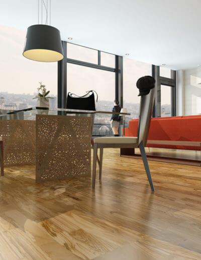Design trifft Natur – das ausdrucksstarke Olivenholzparkett mit seiner einzigartigen und warmen Maserung bietet die ideale Bühne für anspruchsvolles Wohndesign und macht das Zuhause zu einem Ort der Ruhe und Entspannung. (Foto: epr/Olivenholzparkett.de)